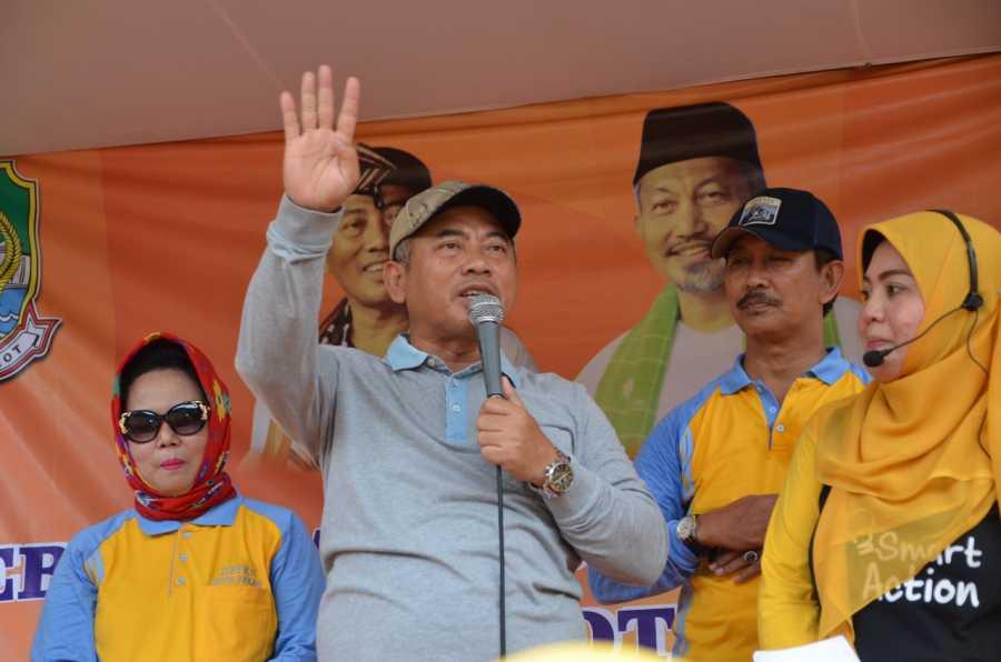 Wali Kota Bekasi dan Ibu Gunarti Rahmat Effendi Senam Bersama Kader Tri Bina se-Kota Bekasi