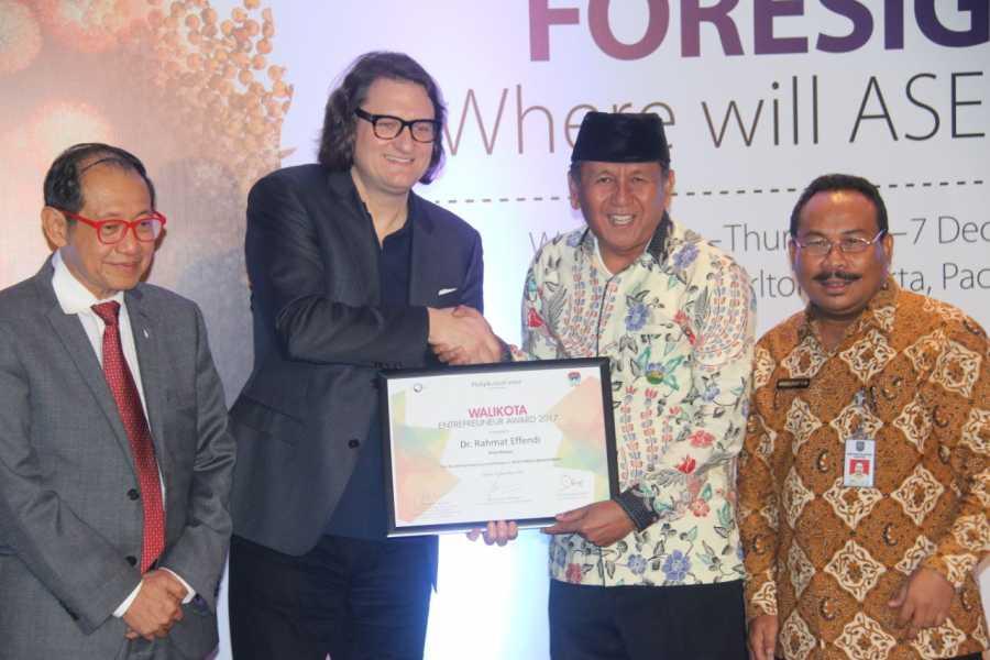 Wali Kota Bekasi raih Enterpreneur Award 2017