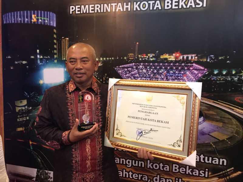 Wali Kota Bekasi Terima Penghargaan  Sebagai Kota Sangat Peduli HAM