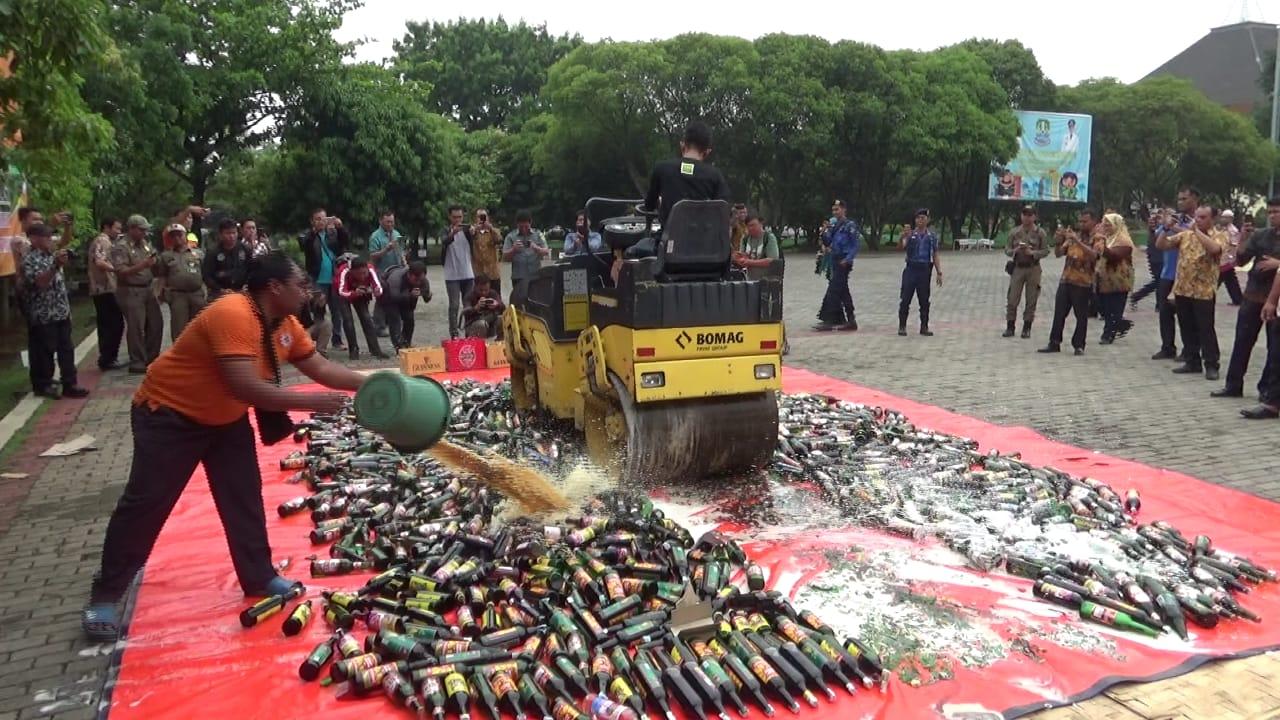 Sebanyak 1500 Botol Miras Ilegal Dimusnahkan Tim Gabungan Kota Bekasi