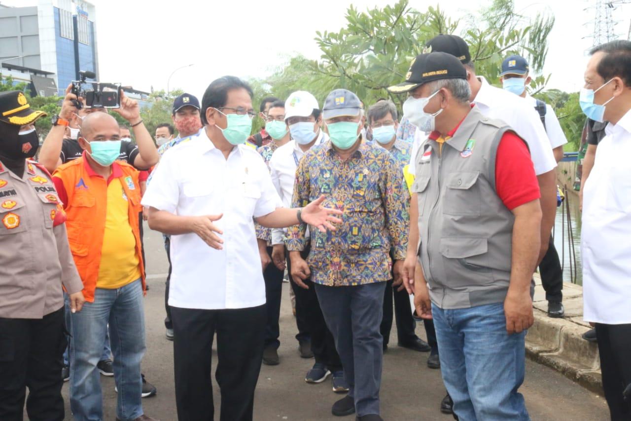 Dua Menteri Tinjau Lokasi Penyebab Banjir Kolong Tol JORR Kalimalang