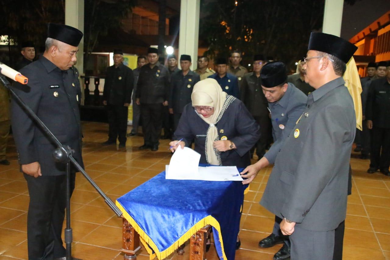 Drs. Hanan Tarya isi Staf Ahli Bidang Pemerintahan dan Dr. Marisi isi Kepala Dinas P2KB