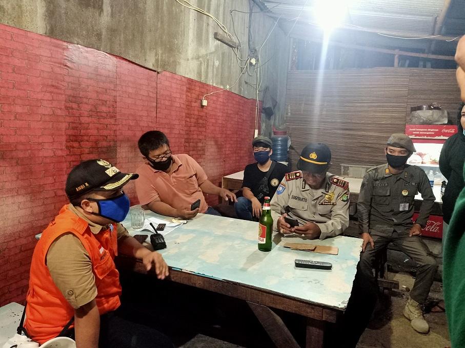 Operasi PSBB di Kranji Petugas Bubarkan Masa Berkerumun dan Sita Ratusan Miras