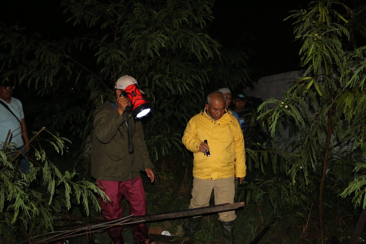 Wali Kota Bekasi Tinjau Banjir Akibat Runtuhnya Tembok Swalayan Naga Pondok Melati.