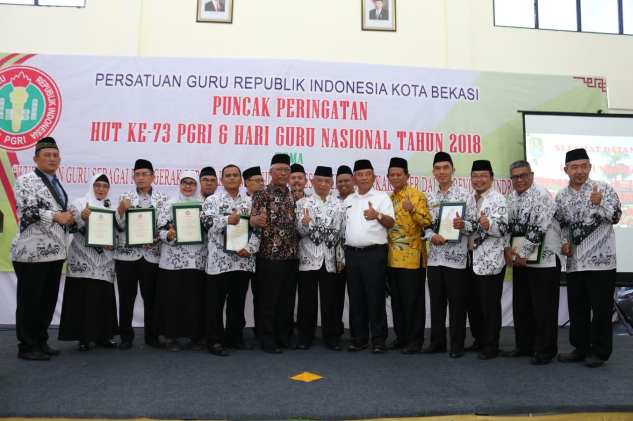 Wali Kota Bekasi menghadiri Perayaan Puncak HUT PGRI ke 73