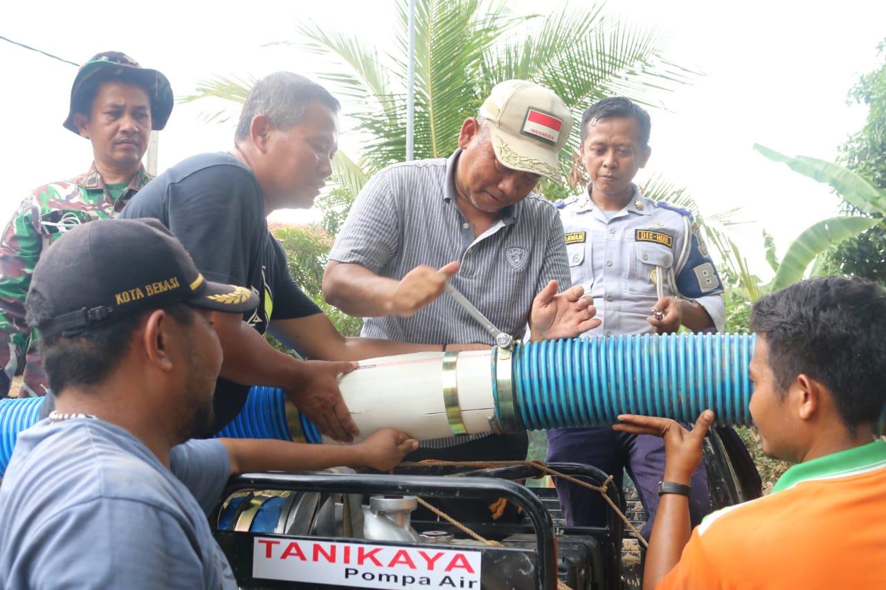 Wali Kota Bekasi Turun Langsung Membersihkan Lumpur di Villa Jatirasa