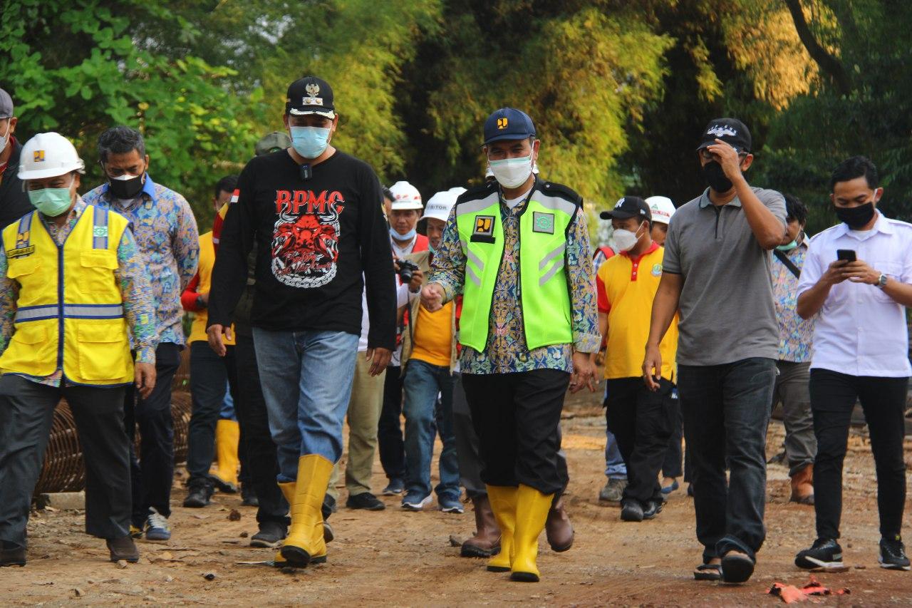 Tunggangi Roda Dua, Tri Tinjau Titik Rawan Banjir di Kota Bekasi