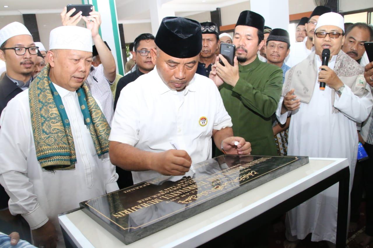 Wali Kota Bubuhkan Prasasti Masjid Jami Zuhriyatul Muhajirin Kecamatan Bekasi Barat