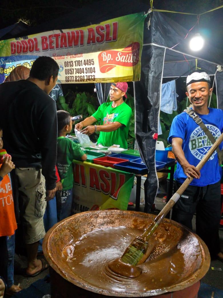 Dodol Betawi Diaduk Langsung di Area Bazar Bekasi Carnival Night