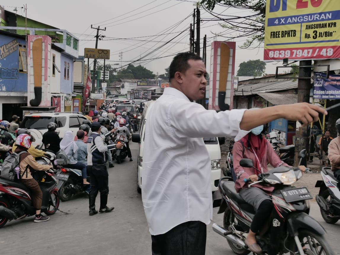 Terjebak Kemacetan Di Ganda Agung,Wakil Walikota Bekasi Turun ke Jalan